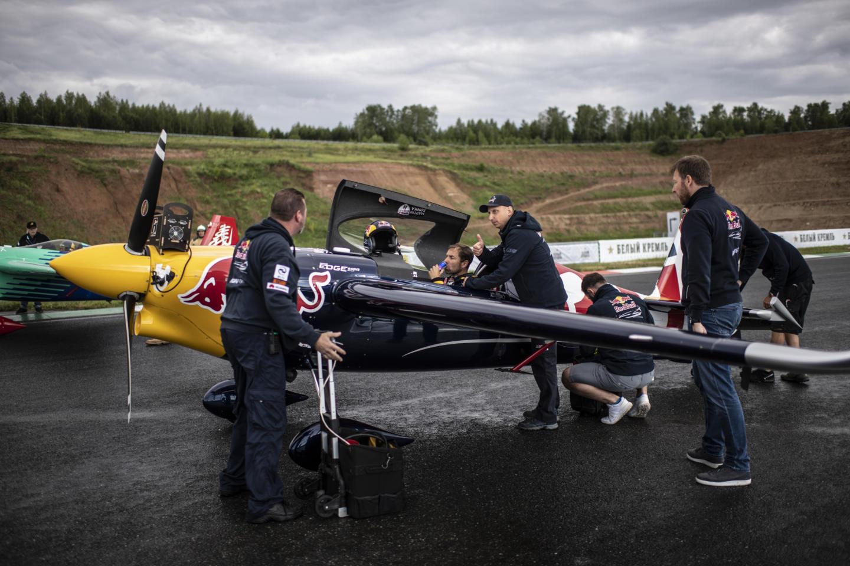 «Нам нужно быть сильными, но максимально лёгкими»: как тренируется и что ест чемпион мира Red Bull Air Race. Изображение номер 2