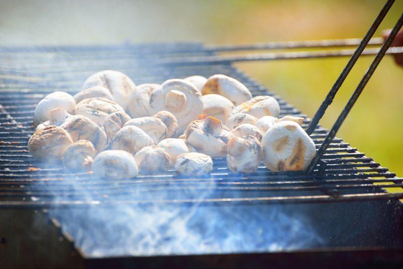 Как приготовить очень вкусные шампиньоны на мангале. Изображение номер 3