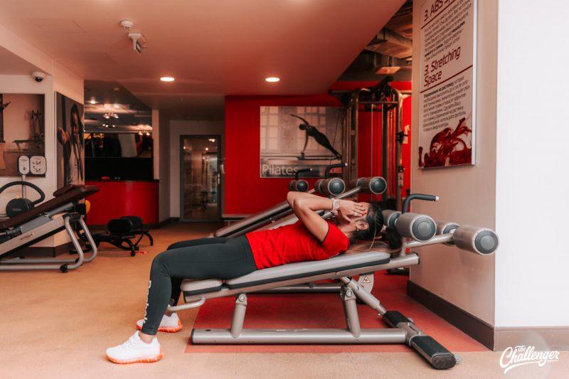 Что делать в фитнес-клубе новичку: 7 простых упражнений с тренажёрами и без них. Изображение номер 19